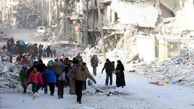 Menschen fliehen aus Aleppo