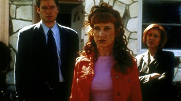Betty Templeton (Kathy Griffin, M.) ist sauer auf ihre Doppelgängerin. Mulder...