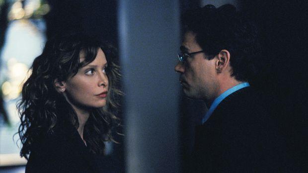 Ally (Calista Flockhart, l.) und Larry (Robert Downey Jr., r.) werden unfreiw...