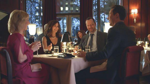 Danny (Donnie Wahlberg, 2.v.r.) und Linda (Amy Carlson, l.) freuen sich, ihre...