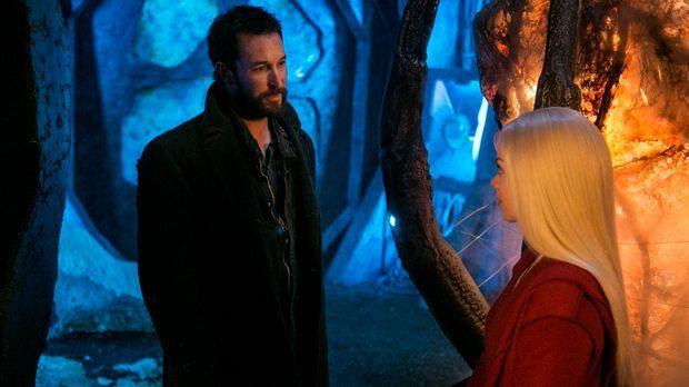 Als Lexi (Scarlett Byrne, r.) plötzlich wieder im Camp auftaucht, will Tom (N...