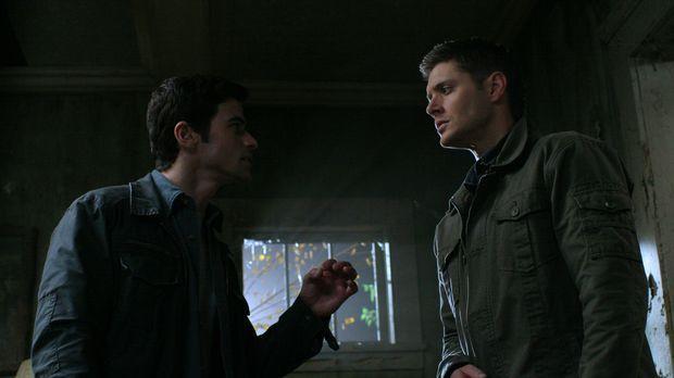 Im Kampf gegen das Böse: Dean (Jensen Ackles, r.) und John (Matt Cohen, l.) ....
