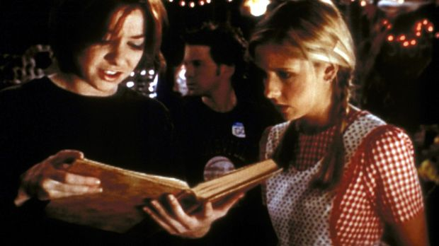 Willow (Alyson Hannigan, l.) versucht, Buffy (Sarah Michelle Gellar) einen Te...