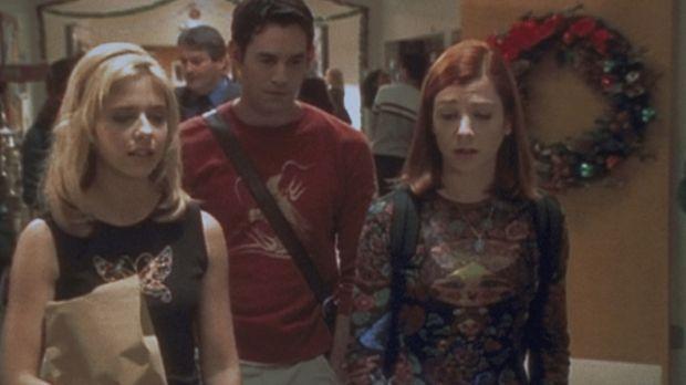 Die Vorfreude auf das Weihnachtsfest ist bei Buffy (Sarah Michelle Gellar, l....