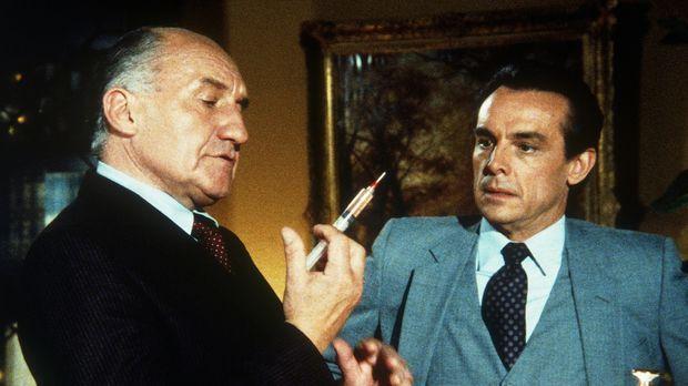 Hollander (Walter Gotell, l.), ein Ostblock-Spion, erpresst seinen Kollegen L...