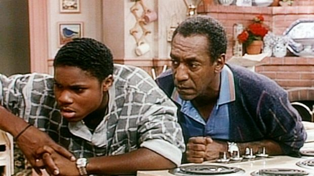 Cliff (Bill Cosby, r.) ist über Theos (Malcolm-Jamal Warner, l.) Angewohnheit...