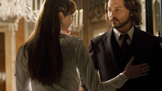 Frank (Johnny Depp, r.) ist von der mysteriösen Fremden Elise (Angelina Jolie...