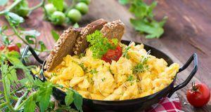 Rührei mit etwas Brot – auch das ist abends erlaubt, solange Sie mehr Ei als...