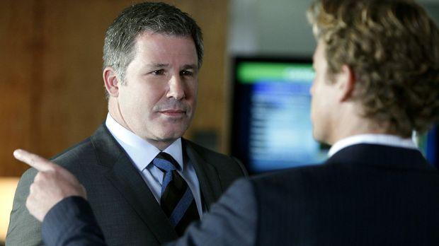 Bei den Ermittlungen in einem Mordfall stößt Patrick (Simon Baker, r.) auf Qu...