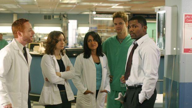 Abbys erster Arbeitstag nach ihrer Entführung: Gespannt warten Morris (Scott...