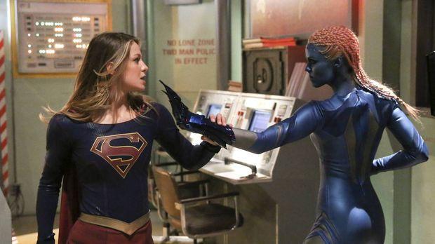 Kara alias Supergirl (Melissa Benoist, l.) bekommt es mit einem außerirdische...