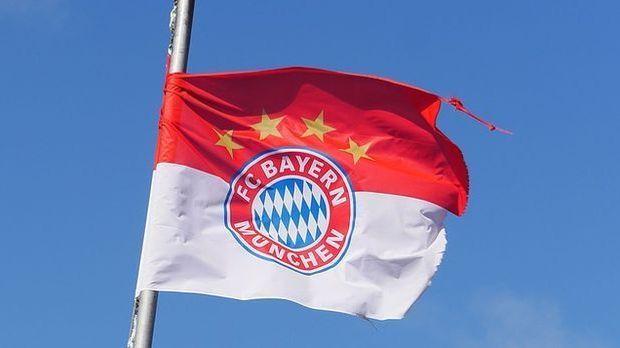 Seine große Liebe ist der FC Bayern, den er mit all seiner Leidenschaft unter...