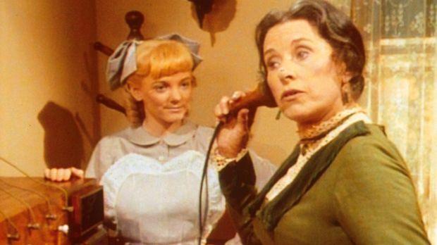 Mrs. Oleson (Katherine MacGregor, r.) hört sämtliche Telefongespräche ab, was...