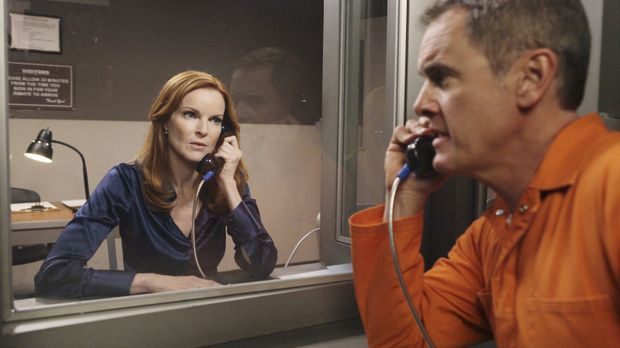 Als Bree (Marcia Cross, l.) Paul Young (Mark Moses, r.) im Gefängnis besucht,...