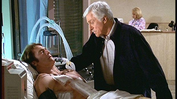 Mark (Dick Van Dyke, r.) ist sehr besorgt um seinen Sohn Steve (Barry Van Dyk...