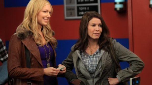 Durch Zufall taucht Sloanes (Chelsea Handler, r.) Ex, Matt Gunn, in Ricks Bar...
