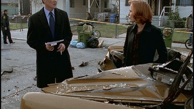 Scully (Gillian Anderson, r.) und Doggett (Robert Patrick, l.) rätseln, wie d...