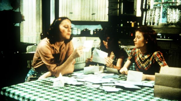 Mary Ellen (Judy Norton-Taylor, M.) und Elizabeth (Kami Cotler, r.) helfen ih...