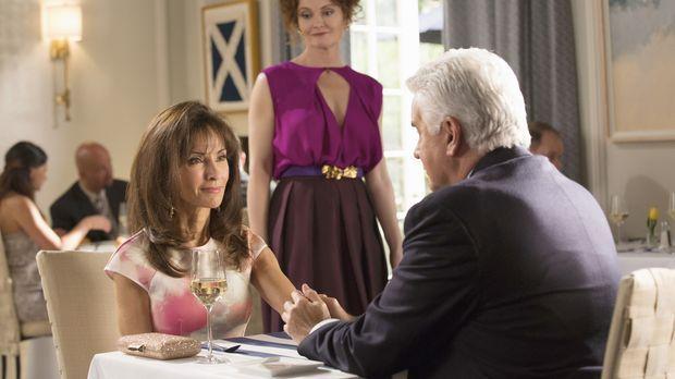 Evelyn (Rebecca Wisocky, M.)  sorgt für einigen Ärger beim Dinner von Genevie...