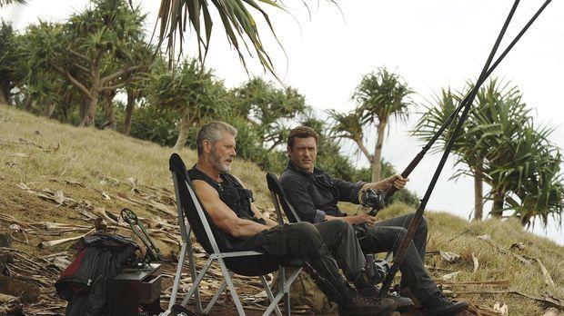 Commander Taylor (Stephen Lang, l.) nimmt  Jim (Jason O`Mara, r.) zum Fischen...