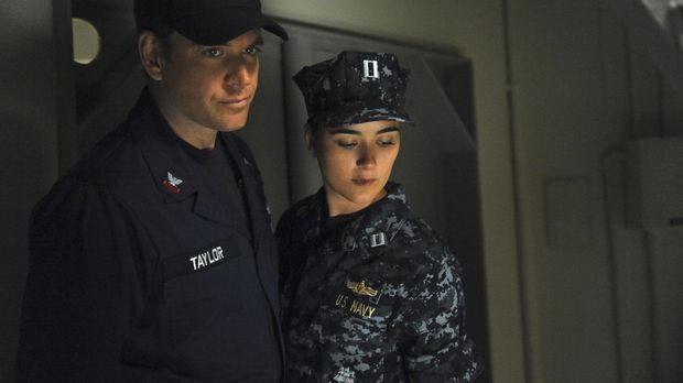 Werden nach Italien geschickt, wo ein explosiver Apparat auf einem Navy-Schif...
