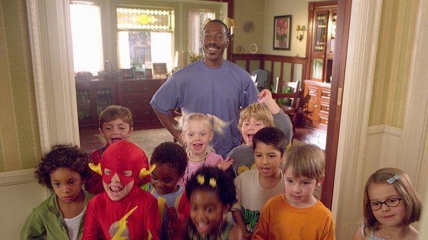 Charlie (Eddie Murphy, hinten) hat die Kids fest im Griff ... © 2004 Sony Pic...