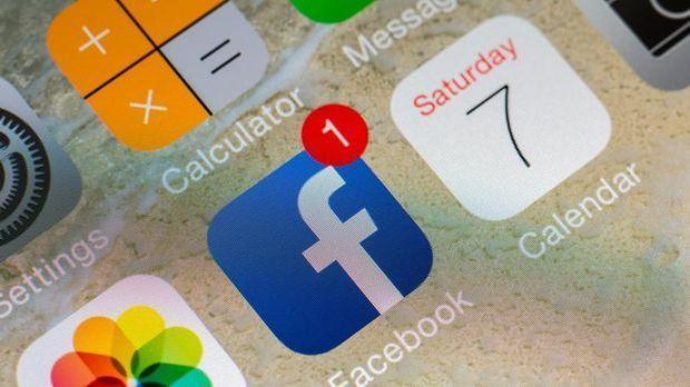 Smartphone-Bildschirm mit Benachrichtigungsanzeige bei der Facebook-App