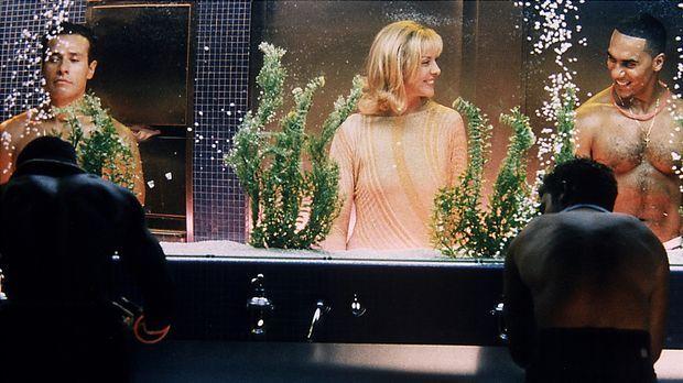 Da schaut man gerne hin: Samantha (Kim Cattrall) hat es in die Herrentoilette...