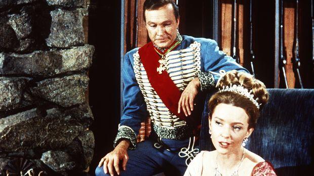 Die russischen Adeligen Comtesse Elena (Claire Griswold, r.) und Graf Alexis...