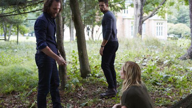 Jeremy (Greg Bryk, l.) beauftragt Nick (Steve Lund, M.), Elena (Laura Vanderv...