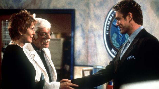 Mark (Dick Van Dyke, M.) und Madison (Joanna Cassidy, l.) schließen wieder Fr...