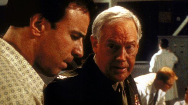 Dr. Mark Crest (Kevin Nealon, l.) kommt Col. Lester Glade (Ronny Cox, r.) auf...