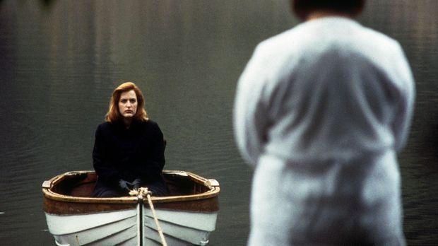Scully (Gillian Anderson, l.) liegt nach ihrer Entführung im Koma und träumt...
