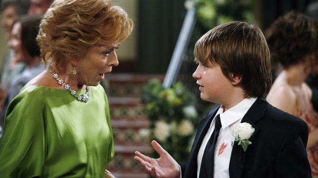 Jake (Angus T. Jones, r.) hat eine schlimme Nachricht für seine Großmutter Ev...