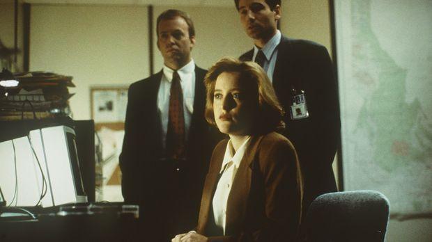 Die FBI-Agenten Scully (Gillian Anderson, M.) und Mulder (David Duchovny, r.)...