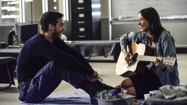 Während sich Jake (Chris Wood, l.) und Katie (Kristen Gutoskie, r.) ein erste...