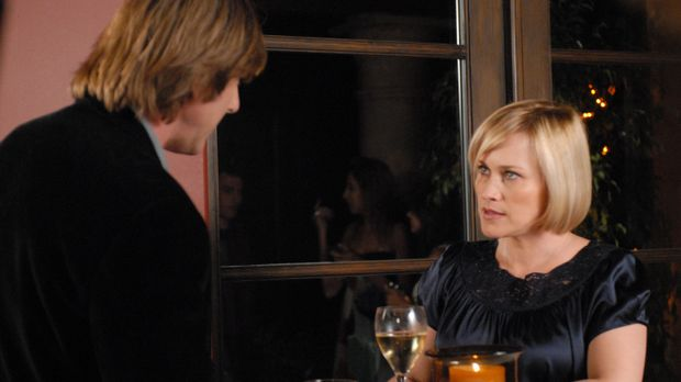 Allison (Patricia Arquette, r.) erzählt Joe (Jake Weber, l.) von dem seltsame...