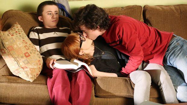 Axl (Charlie McDermott, r.) und Cassidy (Galadriel Stineman, M.) schweben im...