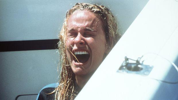 In letzter Sekunde kann Samantha (Nikita Ager) dem Hai entkommen. Ihre Schwes...