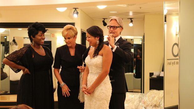 Braut Krischell (2.v.r.) ist von der großen Auswahl an Brautkleidern überford...