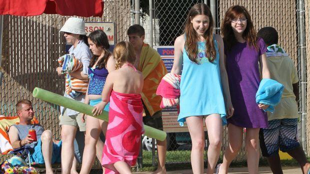 Sie ist mit ihrer Freundin Carly (Blaine Saunders, vorne r.) im Schwimmbad un...