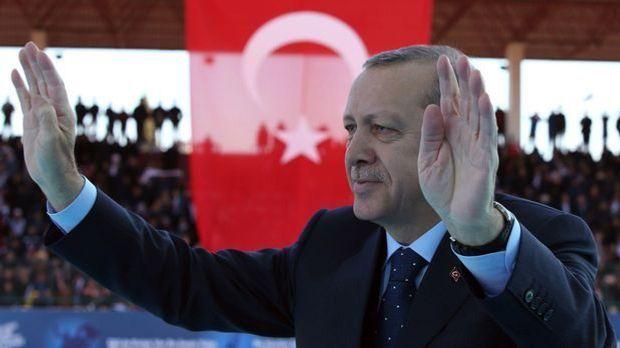 Der türkische Präsident Erdogan ist bei einer Rede guter Dinge