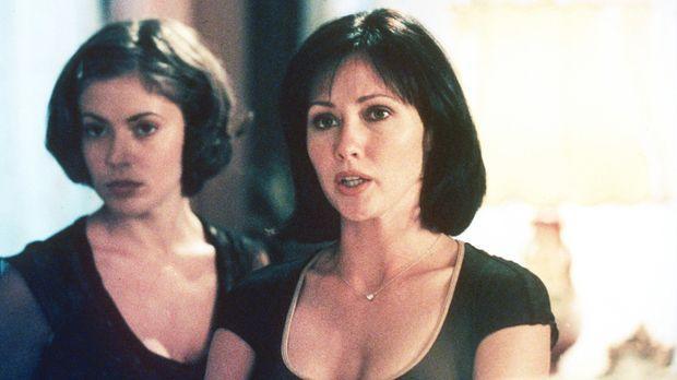 Prue (Shannen Doherty, r.) und Phoebe (Alyssa Milano, l.) vermuten ihren Vate...