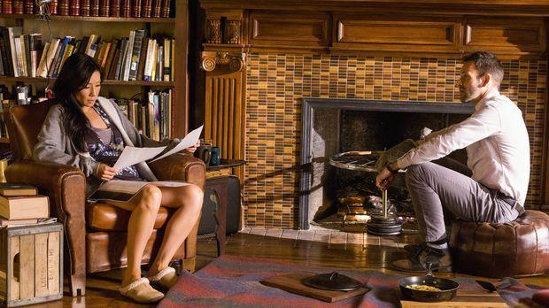 Sherlock Holmes (Jonny Lee Miller, r.) und Joan Watson (Lucy Liu, l.) suchen...