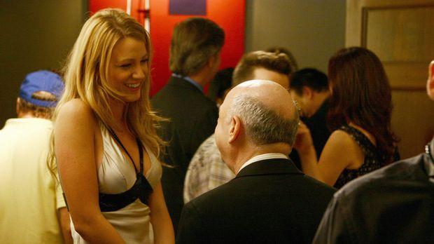 Serena (Blake Lively, l. ) lernt Cyrus (Wallace Shawn, r.), den neuen Freund...