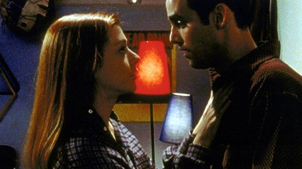 Willow (Alyson Hannigan, l.) ist Opfer eines Liebeszaubers. Nun bedrängt sie...