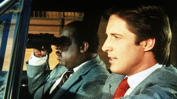 Lee (Bruce Boxleitner, r.) und Billy (Mel Stewart, l.) observieren vom Auto a...