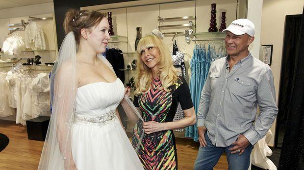Ob Julia (l.) das Kleid, das Dolly Buster (M.) und Axel Schulz (r.) für sie a...