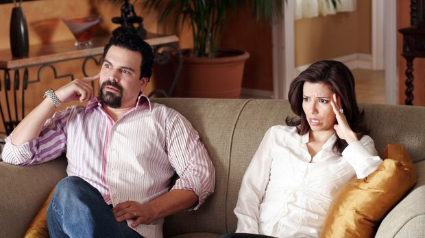 Gabrielle (Eva Longoria, r.) und Carlos (Ricardo Antonio Chavira, l.) versuch...