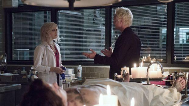 Blaine (David Anders, r.) eröffnet Liv (Rose McIver, l.) seine neusten Erkenn...